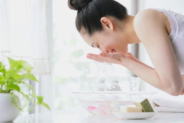 Bỏ túi cách rửa mặt bằng nước muối sinh lý đúng cách hàng ngày