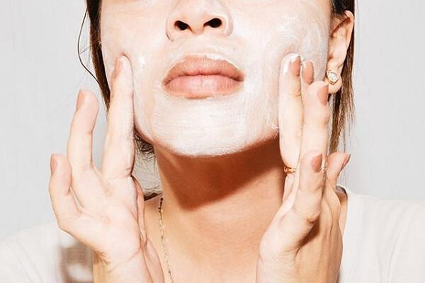 Thực hiện tẩy da chết định kỳ khoảng 1 - 2 lần/ tuần sẽ giúp lấy đi những lớp tế bào chết sần sùi, xỉn màu