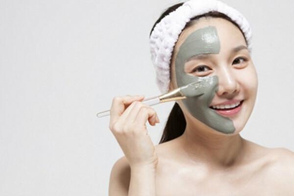 Đắp mặt nạ là một công đoạn mà hầu hết các cô gái đều vô cùng yêu thích