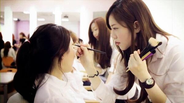 Các bước trang điểm tự nhiên kiểu Hàn Quốc với 5 bước đơn giản