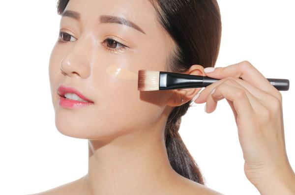 Đầu tiên hãy dùng kem lót thoa đều lên da để tăng việc bảo vệ da