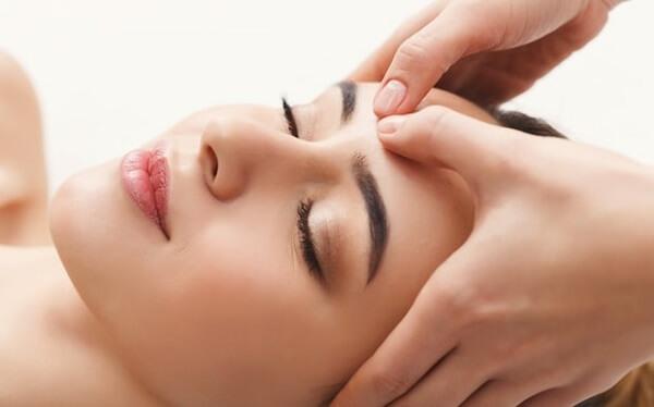 2 kỹ thuật massage mặt nâng cao theo phong cách châu Á và châu Âu