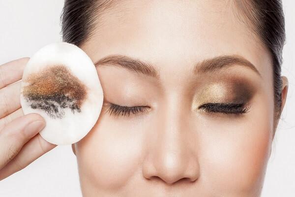 Cách trang điểm đẹp mà không gây hại da bạn nên biết