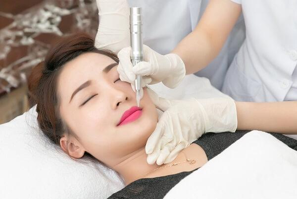 Giải đáp thắc mắc phun xăm môi có đau không?