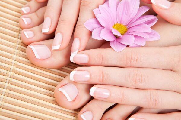 Cách làm sạch móng tay trắng hồng cho bạn gái