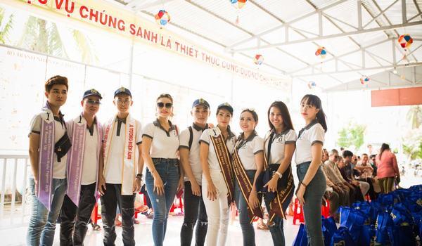 Các Hoa hậu, Nam vương doanh nhân Thế giới 2019 trong chuyến từ thiện thăm hội người mù tại huyện Mỏ cày nam, tỉnh Bến Tre.