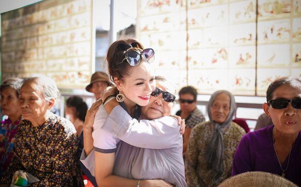 Jolie Thơ Nguyễn – Hoa hậu nhân ái trong cuộc thi Hoa Hậu Phụ Nữ Toàn Cầu 2018 xuất hiện giản dị và được các cụ già yêu mến vì sự gần gũi, thân thiện.