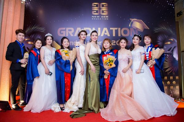 Học viên tốt nghiệp chụp ảnh lưu niệm cùng Founder & C.E.O Jolie Thơ Nguyễn