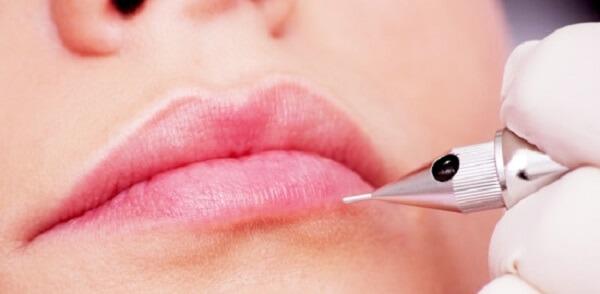 Phụ nữ môi thâm là người thế nào? Giải đáp thắc mắc