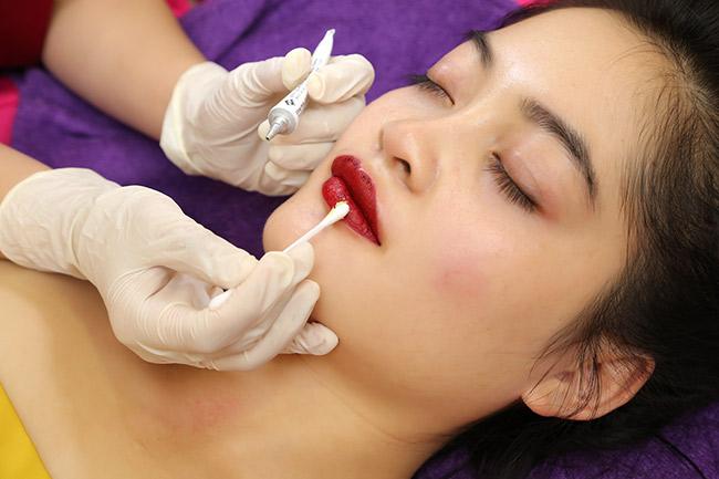 Phun xăm thẩm mỹ có đau và những yếu tố ảnh hưởng đến quá trình sưng đau